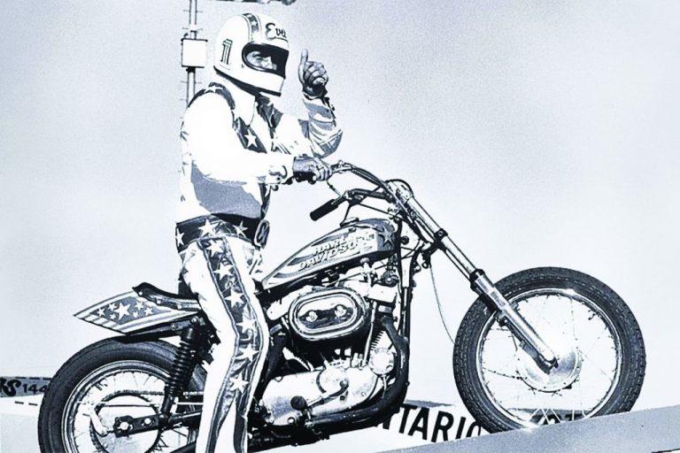 """Após uma perseguição policial em 1956 onde ele bateu com sua moto, Evel foi para a cadeia sob a acusação de direção perigosa. Quando o policial do plantão noturno foi verificar as celas, ele viu Knievel em uma cela e um homem chamado William Knofel em outra. Knofel era conhecido como o """"Awful Knofel"""" por causa da rima das duas palavras. Assim Knievel começou a ser chamado de """"Evel Knievel"""", também para rimar as palavras. Assim, ele escolheu o nome como sendo seu nome artístico."""