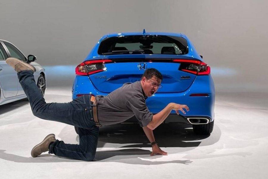 Traseira do modelo vem acompanhada do youtuber americano Alex On Autos