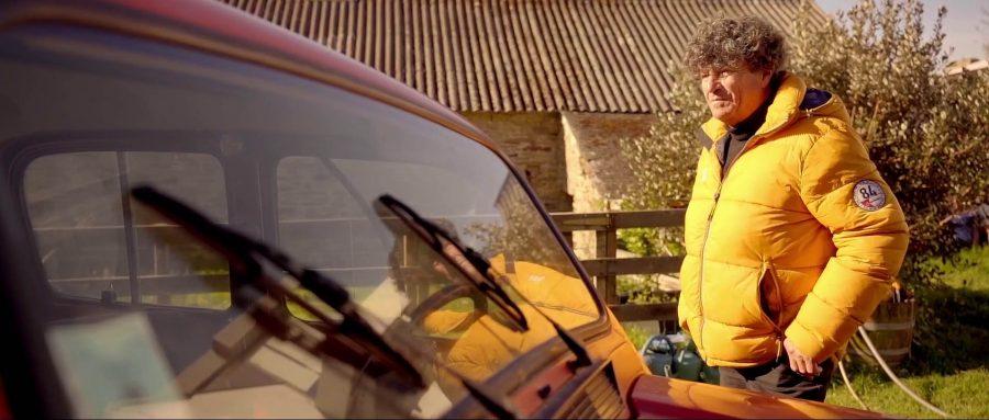 """Com mais de 8 milhões de unidades comercializadas em mais de 100 países, o Renault 4 é um ícone do panorama automotivo. Comemorando 60 anos neste ano, ele continua sendo a alegria de seus últimos usuários e colecionadores, como Jean Le Cam. O famoso navegador adora o """"4L"""". Ele nunca imaginaria que, ao presentear sua filha com um 4L em seu aniversário de 18 anos, acabaria se tornando proprietário de nada menos que oito deles, 12 anos mais tarde. É o próprio Jean Le Cam quem nos conta sua história de paixão."""