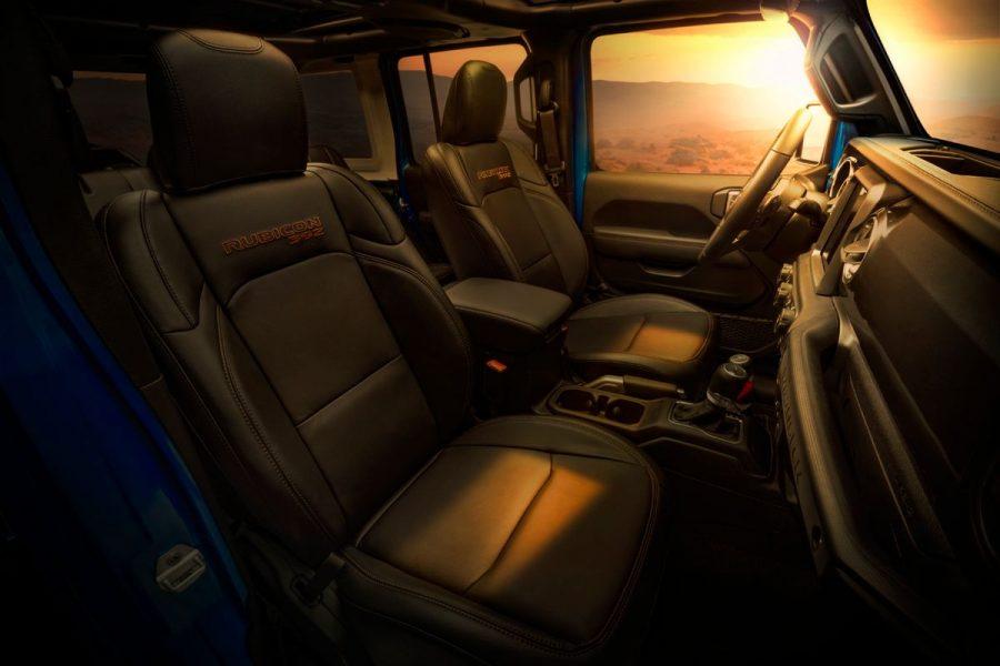 O Jeep Wrangler Rubicon 392 inclui diversos elementos de série premium que, normalmente, vem como opção na gama Wrangler: interior em couro, conjunto de infoentretenimento, banco de interruptores elétrico HD, teto e painel de instrumentos na cor da carroceria, conjunto de defesas de aço, conjunto de iluminação LED, conjunto de tempo frio, acesso remoto por proximidade e conjunto de segurança.