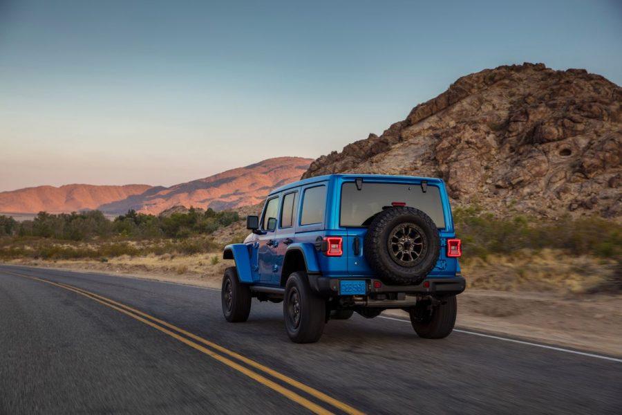 O powertrain do Jeep Wrangler Rubicon transmite a força para as quatro rodas em todo momento. Seu coração é uma caixa de transferência ativa de duas velocidades Selec-Trac com uma relação redutora de 2.72:1 e quatro modos de direção selecionáveis: 4WD Auto, 4WD High, Neutral e 4WD Low. Trata-se de uma caixa permanente de funcionamento muito intuitivo que permite ao motorista inserir o modo adequado e esquecer, enquanto a força é entregue constantemente aos pneus dianteiros e traseiros. A caixa SelecTrac também permite rebocar o Wrangler Rubicon 392 caso seja necessário.