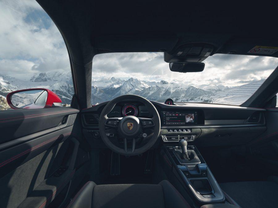 Os detalhes esportivos dos modelos GTS continuam na parte interna - funcional e visualmente