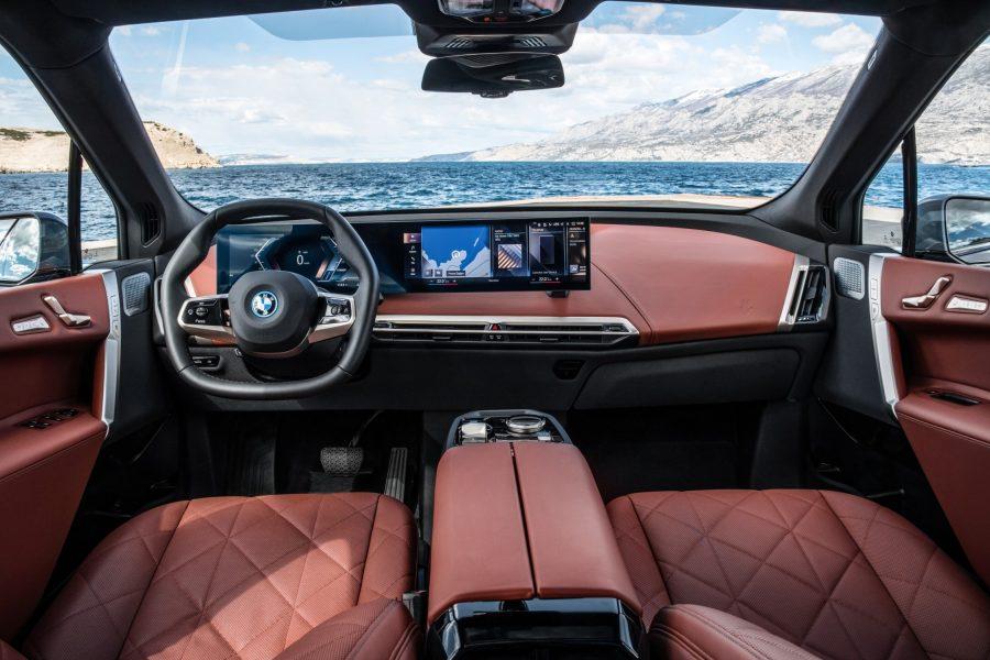O BMW iX é traz uma experiência de direção excepcionalmente dinâmica, sustentada por muitas décadas de esforços da fabricante premium no desenvolvimento de veículos elétricos e aplicação integrada de componentes de trem de força e chassis altamente sofisticados.