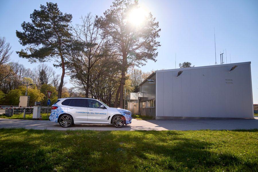 O BMW i Hydrogen Next é um veículo puramente elétrico, que utiliza o hidrogênio como combustível primário que, por sua vez, é convertido em energia elétrica dentro de uma célula de combustível. O recém-lançado programa de testes irá pavimentar o caminho para que o BMW Group apresente uma pequena gama de modelos dotados dessa tecnologia voltada à mobilidade sustentável, que é uma das bandeiras da empresa.