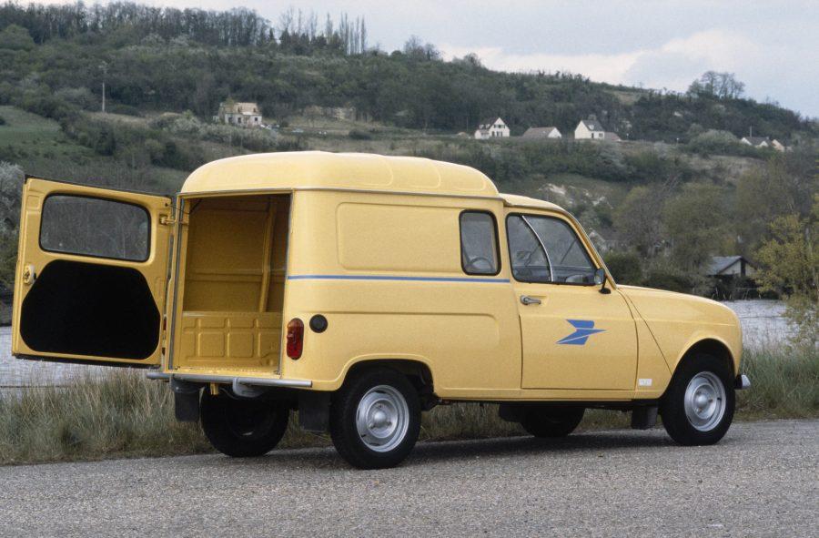 """Apresentado em julho de 1961, o 4L é um modelo de cinco portas com um porta-malas traseiro que se abre para um espaço modulável. Ao rebater o banco traseiro, o hatch se transforma em perua. Além de ser um veículo para toda a família, o modelo se tornou ícone da cultura pop francesa, sem esquecer a marca deixada na memória de muitos que o viu pelas ruas como carros da polícia, dos correios e outros serviços públicos. Como minivan, o Renault 4 exibia orgulhosamente as cores de uma infinidade de empresas, desde as pequenas até as maiores, além de órgãos públicos. Na opinião de Jean Le Cam, trata-se de um """"verdadeiro monumento histórico""""!"""