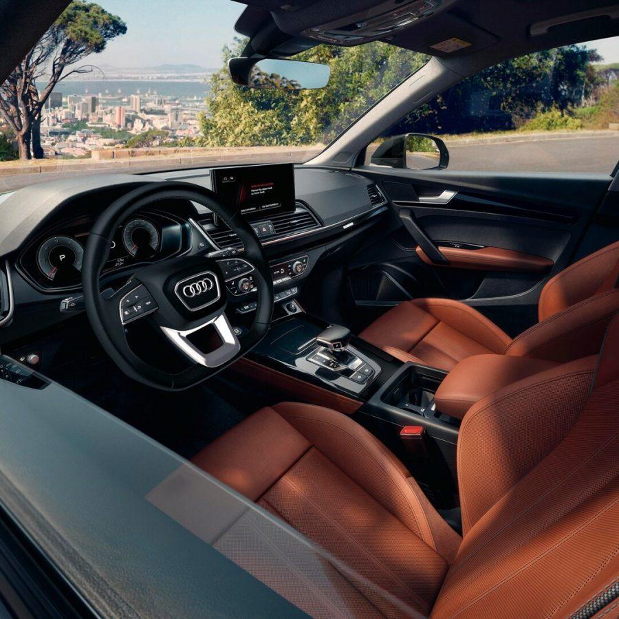 O novo Audi Q5 combina a robustez de um SUV de um Audi com uma alta usabilidade no dia a dia. A sua nova linguagem de design esportivo cativa à primeira vista, assim como o seu dinamismo em todas as viagens, graças à tração integral quattro.