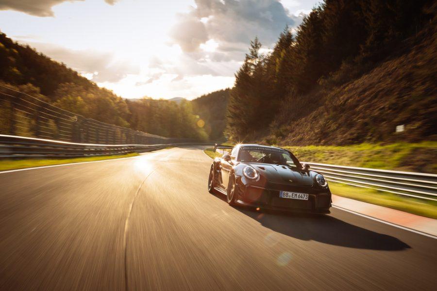 O novo Kit Performance foi desenvolvido como parte de uma estreita colaboração entre os engenheiros da Porsche em Weissach e os especialistas de Nordschleife da Manthey em Meuspath. Os componentes do Porsche Tequipment com foco em circuitos são vendidos nos Centros Porsche.