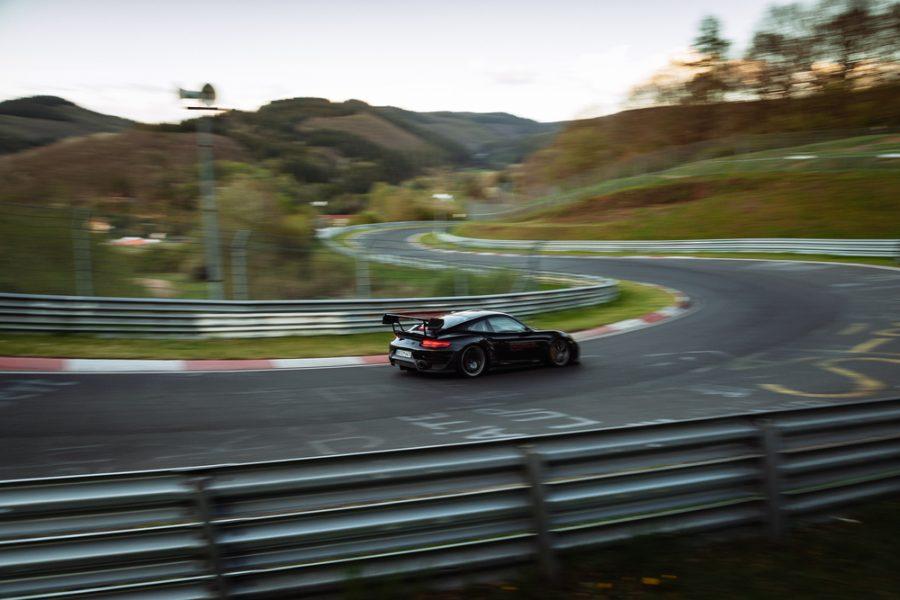 O melhor tempo de 6:43.300 minutos foi alcançado no dia 14 de junho na presença de um notário, com o piloto de desenvolvimento da Porsche Lars Kern ao volante do 911 GT2 RS de 515 kW (700 CV).