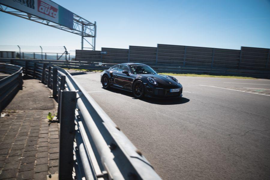 A Porsche estabeleceu um novo recorde de volta para carros de produção aprovados para rua no circuito de Nürburgring Nordschleife de 20,8 quilômetros em um 911 GT2 RS equipado com o Kit Performance Manthey.