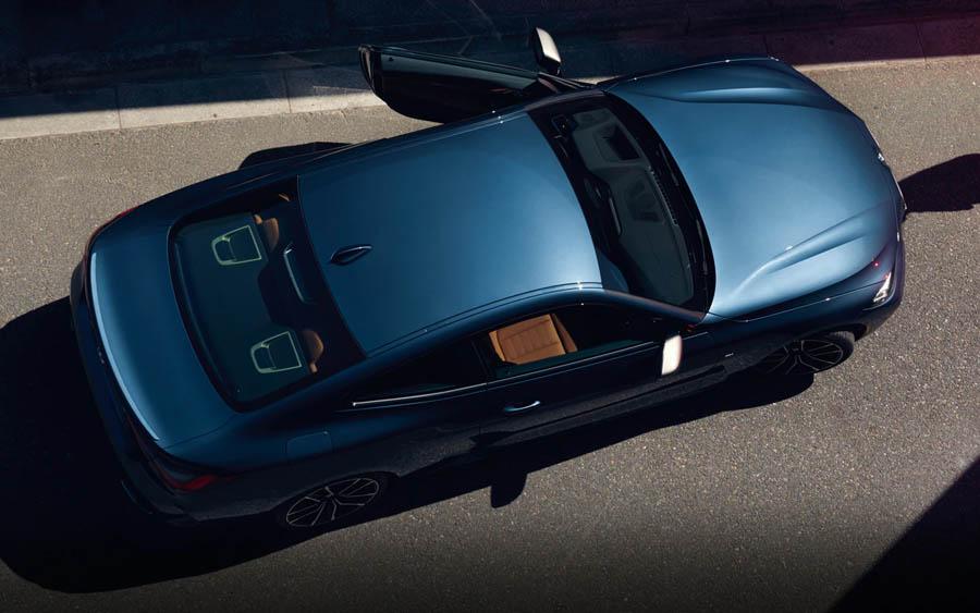 A evolução estética do carro de duas portas é evidente no modelo e reforça os atributos de design da BMW e da tradicional geração de coupés da marca – com os clássicos BMW 328 Coupé, dos anos 1930, e BMW 3.0 CS, dos anos 1970. O design autônomo da grade de rim e da carroceria, por exemplo, impressionam pelas proporções exclusivas e refletem atletismo e elegância esportiva. No versátil e moderno BMW M440i Coupé, o design de grade e de rodas é marcado pelo acabamento em Cerium Grey, e pode ser adquirido nas cores Branco Alpino, Preto Safira, Branco Mineral, Azul Portimao, Verde Sanremo e Arctic Racing Blue, com opções de revestimento interno em Couro Vernasca em Preto/Preto com costuras em azul e Couro Vernasca em Cognac/Preto.