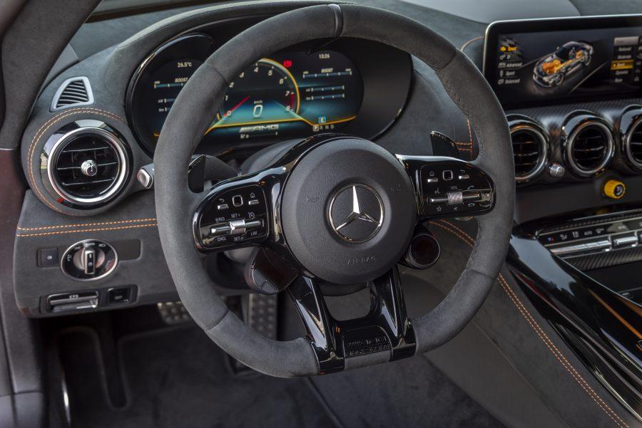 """Na Mercedes-AMG, o termo """"Black Series"""" é sinônimo de um automóvel especial desde 2006. Puramente esportivo, com um design expressivo e com a transferência da tecnologia mais consistente do automobilismo para a produção em série, os modelos dessa linha são raridades automotivas exclusivas e representam o luxo da marca, além de toda a sua performance superior."""