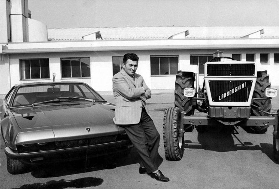 Ferruccio Lamborghini com um Jarama e um trator de sua marca