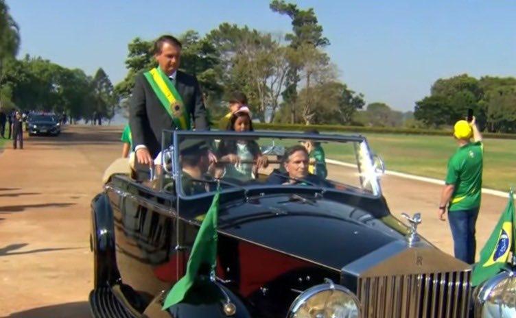 Nelson Piquet pilotando Rolls-Royce com Bolsonaro